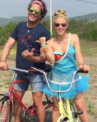 "image for ¡POR FIN! Shakira y Carlos Vives estrenan video de ""La bicicleta"""
