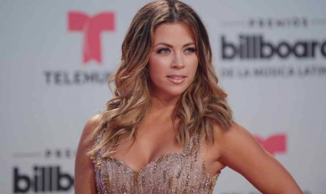 image for Ximena Duque es criticada por usar su celular mientras conducía (VIDEO)