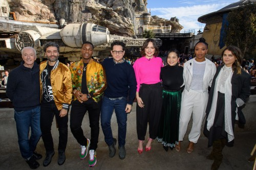 "El elenco de ""Star Wars: The Rise of Skywalker"" (D-I): Anthony Daniels, Oscar Isaac, John Boyega, director J.J. Abrams, Daisy Ridley, Kelly Marie Tran, Naomi Ackie and Keri Russell pose in front of the Millennium Falcon in Star Wars: Galaxy's Edge at Disneyland Park in Anaheim, Calif., Dec. 2, 2019, while promoting  ""Star Wars: The Rise of Skywalker,"" in theaters December 20. (Richard Harbaugh/Disneyland Resort)"